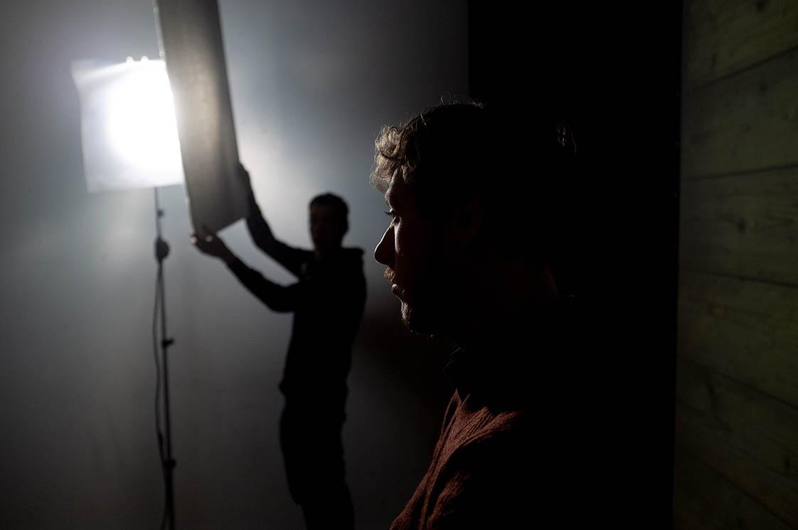 2008-2018 - SOLOS HNDL WTH CR - Portret regisseur Daniël van Duijvenbooden tijdens opnamen voor filmteaser theatervoorstelling SWING / portrait director Daniël van Duijvenbooden during recordings for film teaser theater performance SWING, studio Matzer, Verkadefabriek Den Bosch