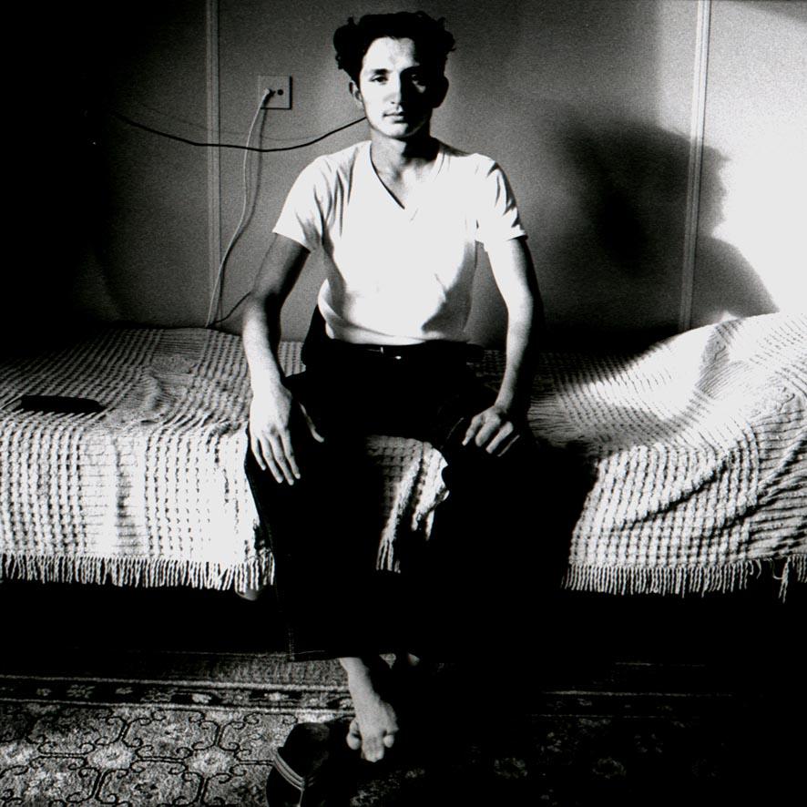 1997- PUBLISHED NOT FORGOTTEN - Jongerenpagina - Brabants Dagblad - Jonge joegoslavische vluchteling op zijn bed in de vluchtelingenopvang, Vught / Young Yugoslav refugee on his bed in the refugee shelter, Vught