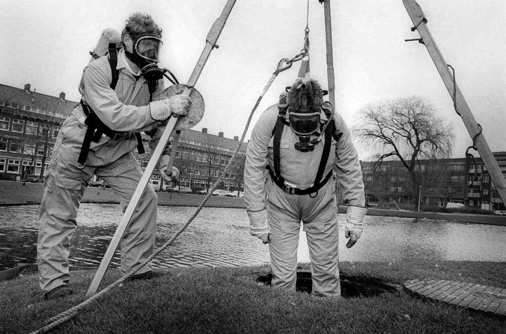 1994- PUBLISHED NOT FORGOTTEN - serie MASKERS - Binnenlands Bestuur - Riool inspectie in beschermde werkkleding, Rotterdam / Sewer inspection in protective workwear, Rotterdam
