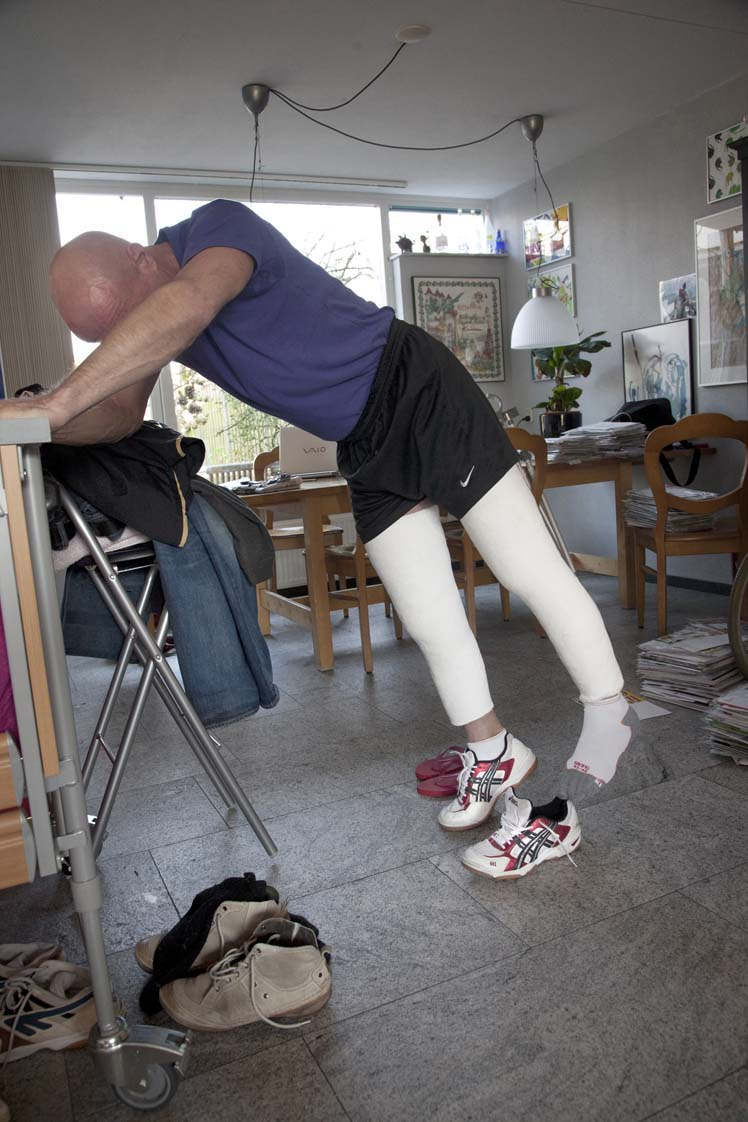 2012- PUBLISHED NOT FORGOTTEN - Brabants Dagblad magazine BONT - Geblesseerde sporter met twee benen in het gips, Tilburg / Injured athlete with two legs in plaster, Tilburg