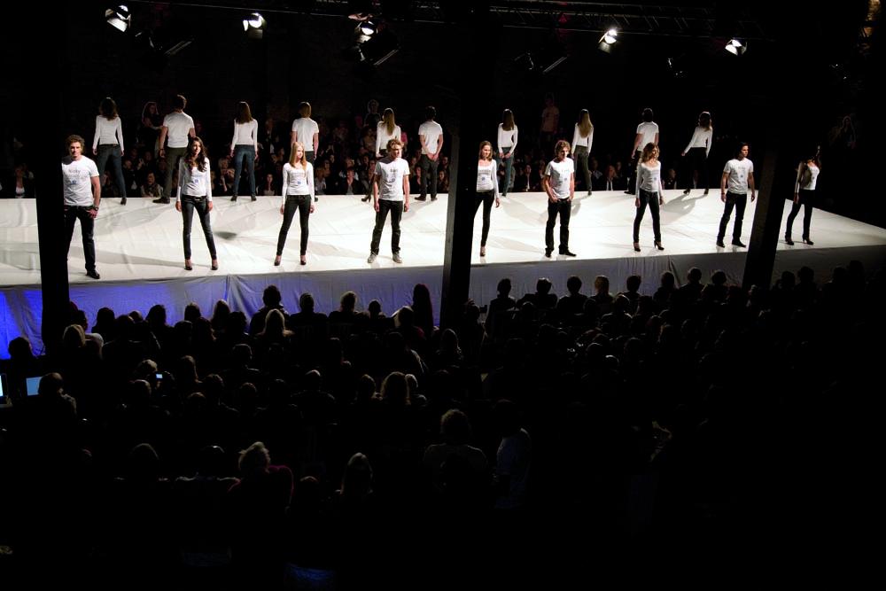 2008- 2018 - SOLOS HNDL WTH CR - MODISTO - jonge mode ontwerpers en modellen presenteren zich tijdens de finale van de Modisto Haute Couture modeshow / young fashion designers and models present themselves during the finals of the Modisto Haute Couture fashion show / 's-Hertogenbosch