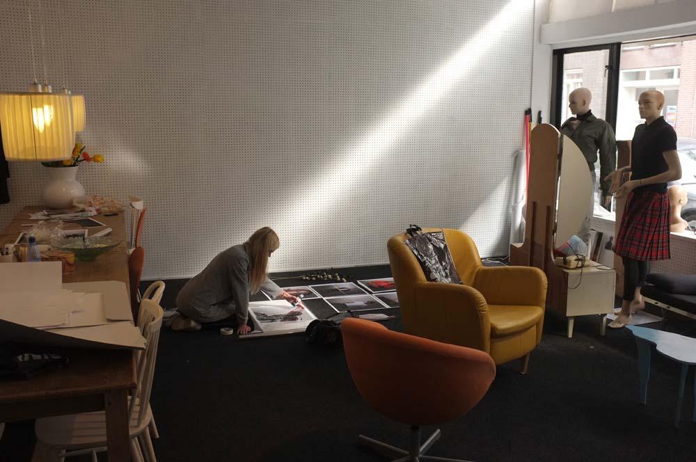 2008- 2018 - SOLOS HNDL WTH CR - SOLOS pand - Kunstenaar Hannelore van Balkom werkt aan haar fotoexpositie LIKES / Artist Hannelore van Balkom is working on her photo exhibition LIKES