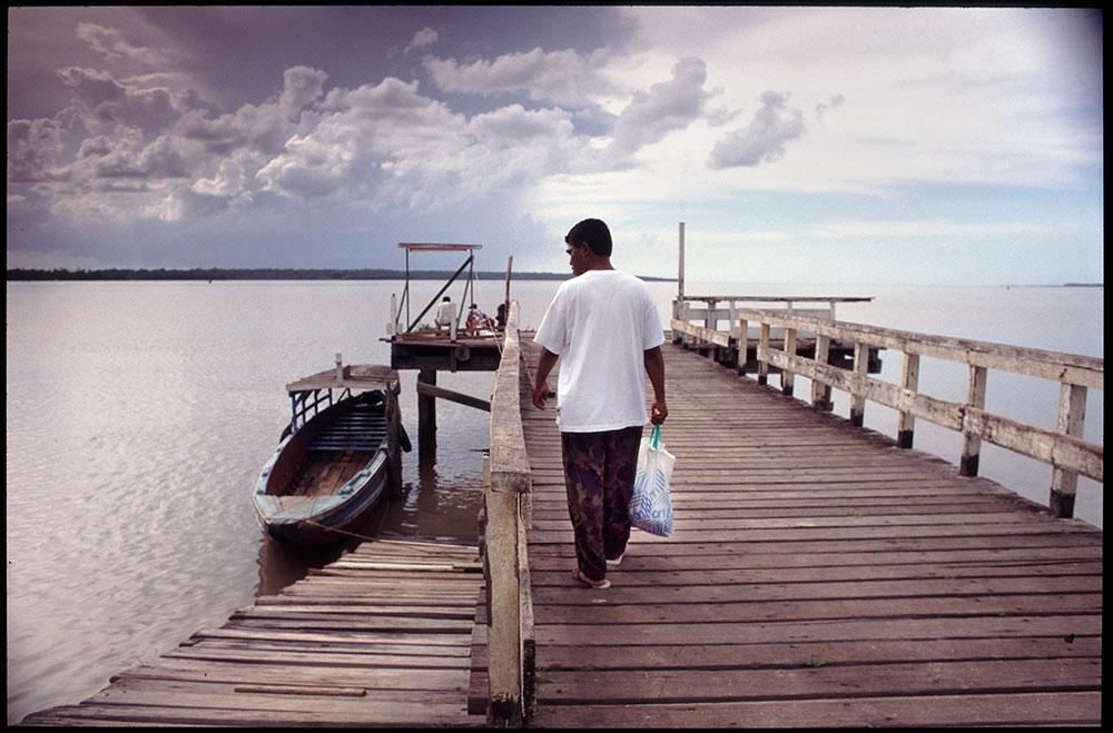 1996 - WINTI SURINAME - KLINIEK SANTIGRON - Guno loopt, na aankomst in Suriname, naar de Surinamerivier / Guno walks, after arriving in Suriname, towards the Suriname River