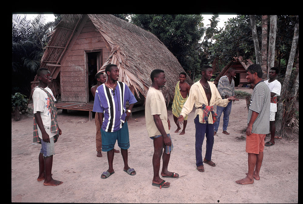 1996 - WINTI SURINAME - KLINIEK SANTIGRON - Guno ontmoet de bedienders van de winti god Gan Pa /  Guno meets the servants of the winti god Gan Pa