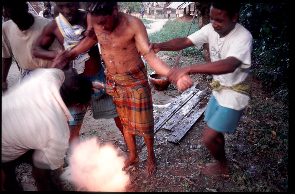 1996 - WINTI SURINAME - KLINIEK SANTIGRON - Guno in trance tijdens de winti ceremonie voor het scheiden van goede en kwade geesten, door bedienders van god Gan Pa / Guno in trance during the winti ceremony for the separation of good and evil spirits, by the servants of god Gan Pa