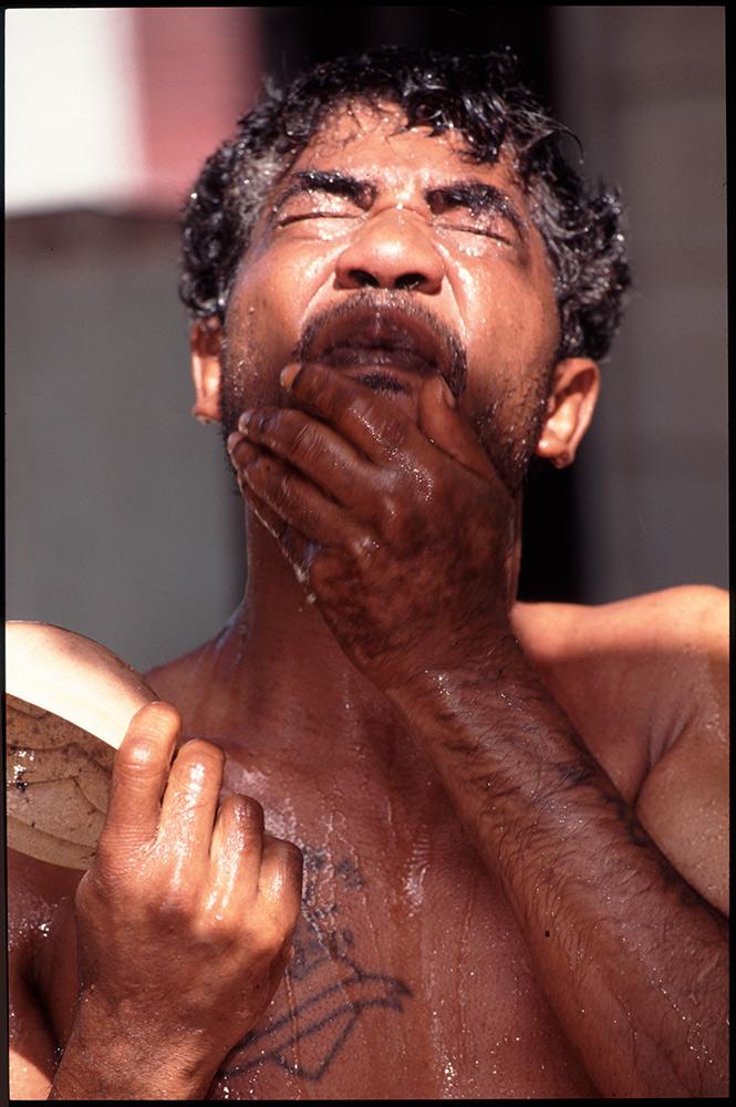 1996 - WINTI SURINAME - KLINIEK SANTIGRON - Na de wintibehandeling neemt Guno meerdere keren per dag een kruidenbad, bedoeld voor de reiniging van lichaam en geest / After the winti treatment Guno takes several times a day a herbal bath, intended for the cleaning of body and soul