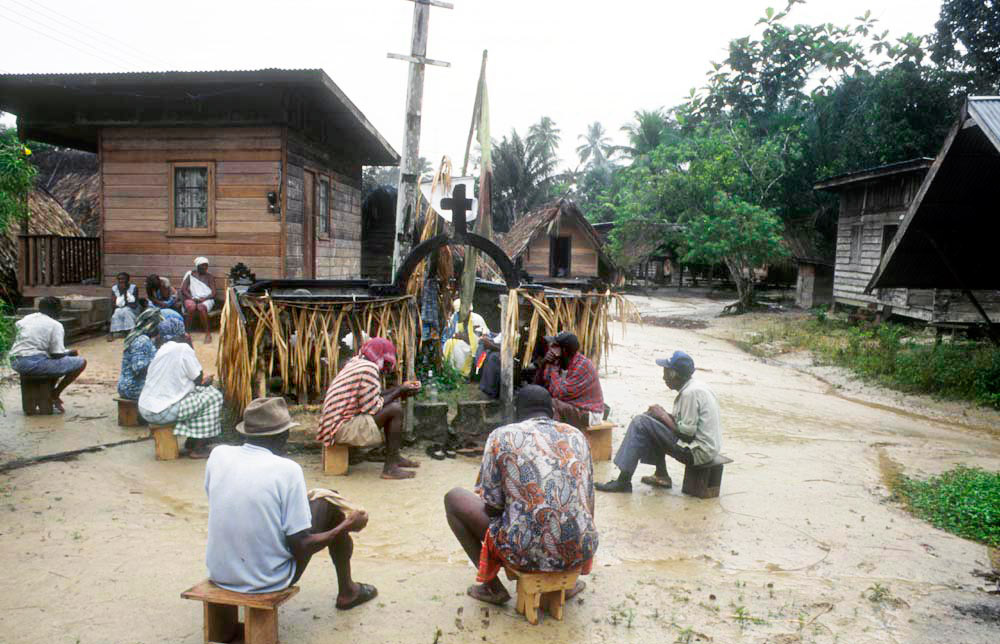 1996 - WINTI SURINAME - KLINIEK SANTIGRON - Dorpsouderen raadplegen de winti god Gan Pa over de behandeling van Guno. Gan Pa wijst tijdens de ceremonie zijn bedienders aan / Village elders consult the winti god Gan Pa about the treatment of Guno. Gan Pa appoints his servants during the ceremony