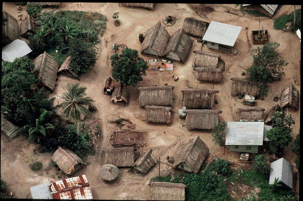 1996 - WINTI SURINAME - KLINIEK SANTIGRON - Dorp Santigron, boscreolendorp, 1,5 uur van Paramaribo, waar de winti behandeling plaatsvindt / Village Santigron in the forest, 1.5 hours from Paramaribo, where the winti treatment takes place