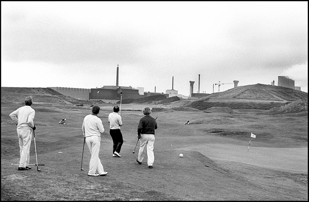 1994- SELLAFIELD NUCLEAR -  Golf resort Seascale, on the background Sellafield plant