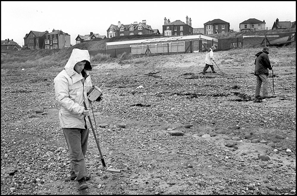 1994- SELLAFIELD NUCLEAR - Seascale, village nearby the nuclear plant. Workers plant are measuring the amount of radioactivity on the beach