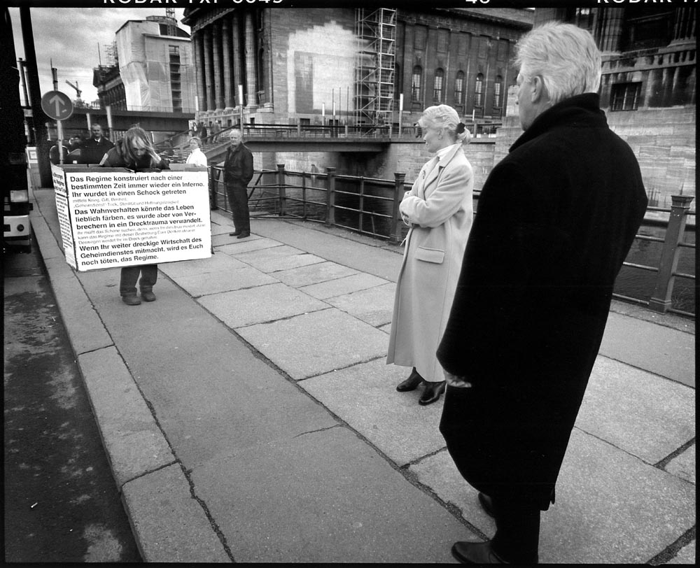 PROTEST - Germany, Berlin – Museumsinsel 18 february 2001 Man waarschuwt in stilte omstanders voor de (duitse) regering, met name de geheime dienst die volgens hem aanstuurt op een inferno. / ENG: Man silently warns bystanders about the (German) government, in particular the secret service that, according to him, controls an inferno. From project FANTAYBERLIN