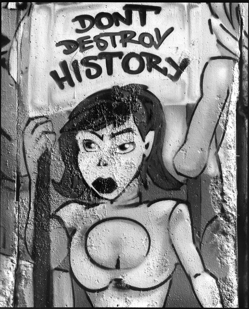 PROTEST - Germany, Berlin Potsdamerplatz february 2001  Graffiti op overblijfsel Berlijnse muur / ENG: Graffiti on relic Berlin wall. From project FANTASYBERLIN