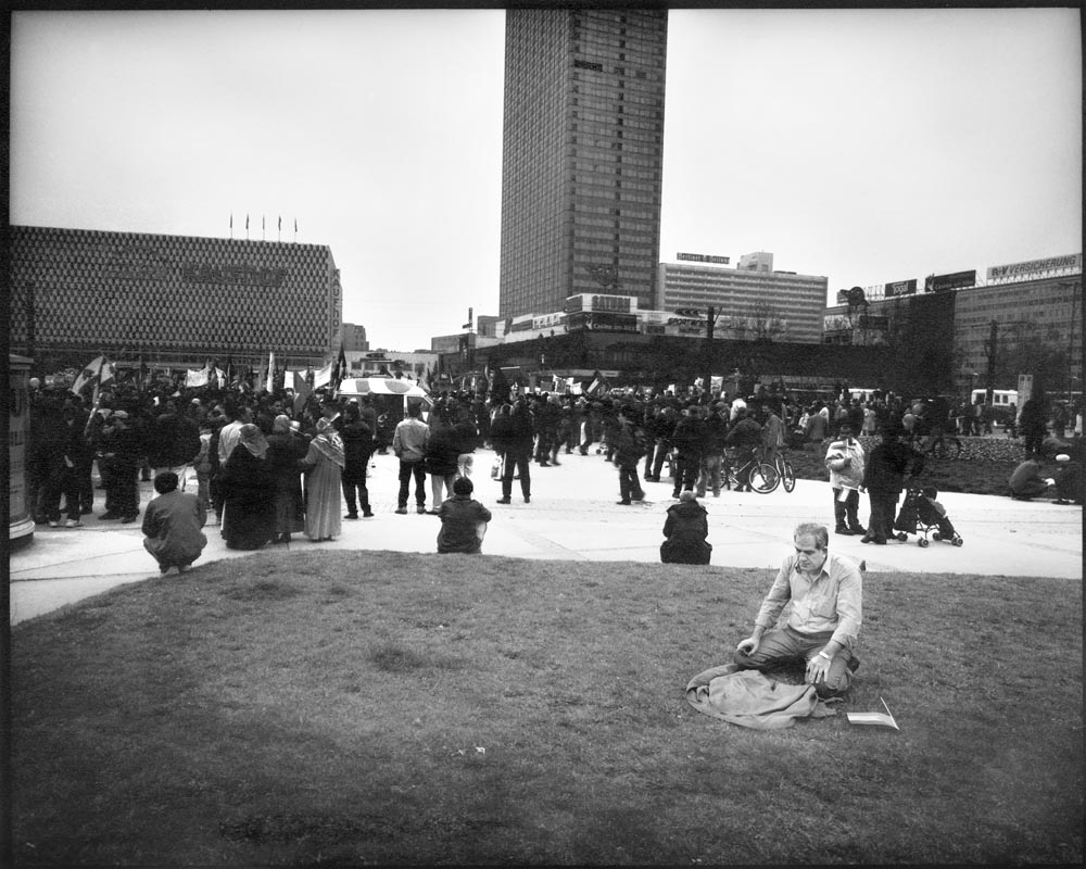 PROTEST - Germany, Berlin – Alexanderplatz 13 april 2002 Protest Palestijnse emigranten. Solidariteit met Palestina. Tegen Israëlische optreden in Palestina. / ENG: Protest Palestinian emigrants. Solidarity with Palestine. Against Israeli action in Palestine. From project FANTASYBERLIN