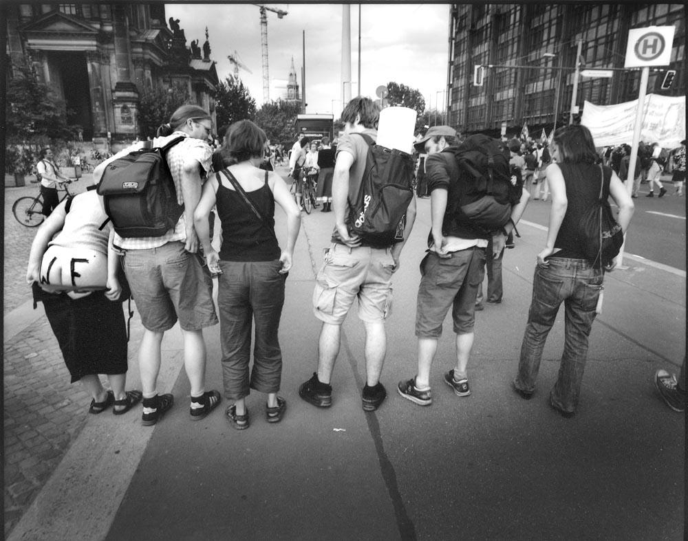 PROTEST - Germany, Berlin – Museumsinsel 21 may 2002. Demonstratie van jongeren tijdens bezoek van de Amerikaanse president Bush aan Berlijn. De politiek, de globalisering staat ver af van de burgers. Jongeren demonstreren o.a. tegen de oorlogszuchtige houding van de Verenigde Staten tegen de landen die terroristen herbergen en deelname van Duitse soldaten aan militaire acties buiten de eigen landsgrenzen / ENG: Youngsters protesting during US President Bush's visit to Berlin. Politics, globalization is far removed from the citizens. They demonstrate, among other things, against the warlike attitude of the United States against the countries harboring terrorists and the participation of German soldiers in military actions outside their own borders. From project FANTAYBERLIN