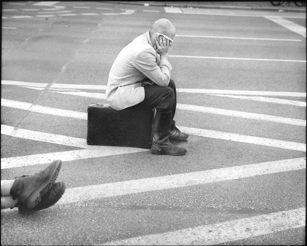 PROTEST - Germany, Berlin - Karl Marx Allee may 2002  Michalis, kunstenaar. Demonstreert tijdens bezoek van de Amerikaanse president Bush aan Berlijn. De politiek, de globalisering staat ver af van de burgers. Jongeren demonstreren o.a. tegen de oorlogszuchtige houding van de Verenigde Staten tegen de landen die terroristen herbergen en deelname van Duitse soldaten aan militaire acties buiten de eigen landsgrenzen. / ENG: Michalis, artist, protests during a visit by the American president Bush to Berlin. Politics, globalization is far removed from the citizens. They demonstrate, among other things, against the warlike attitude of the United States against the countries harboring terrorists and the participation of German soldiers in military actions outside their own borders. From project FANTASYBERLIN